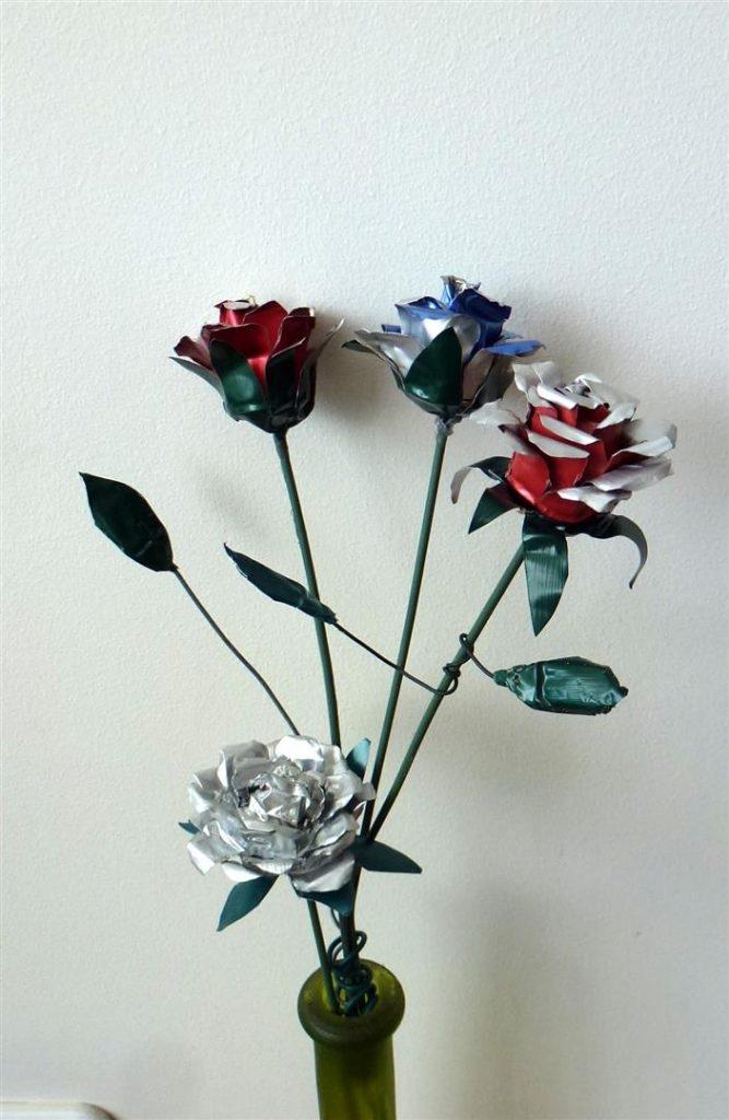 עיצוב פרחים מפסולת אלומיניום וקולבי מתכת ישנים