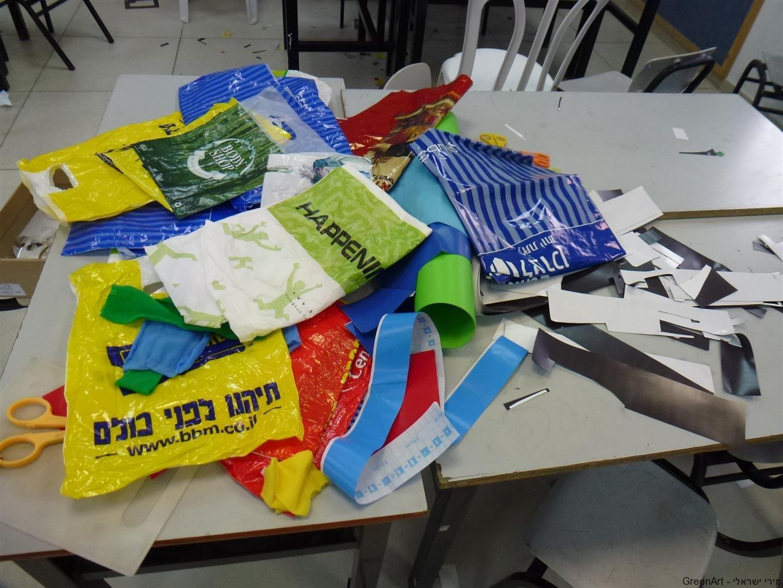 פסולת שקיות ניילון ומגנטים שיועדו לפח ועברו מהפך למיצב סביבתי
