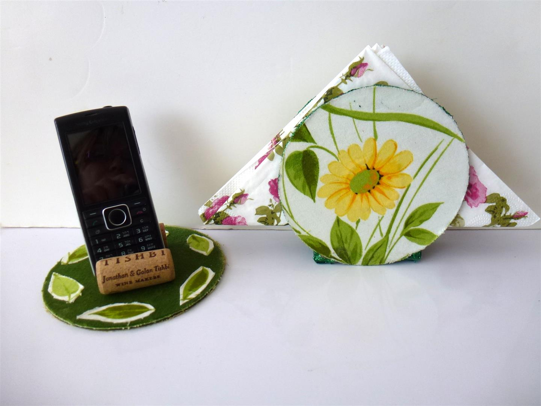 מעמד למפיות ולטלפון סלולרי מעוטר בשאריות בדים