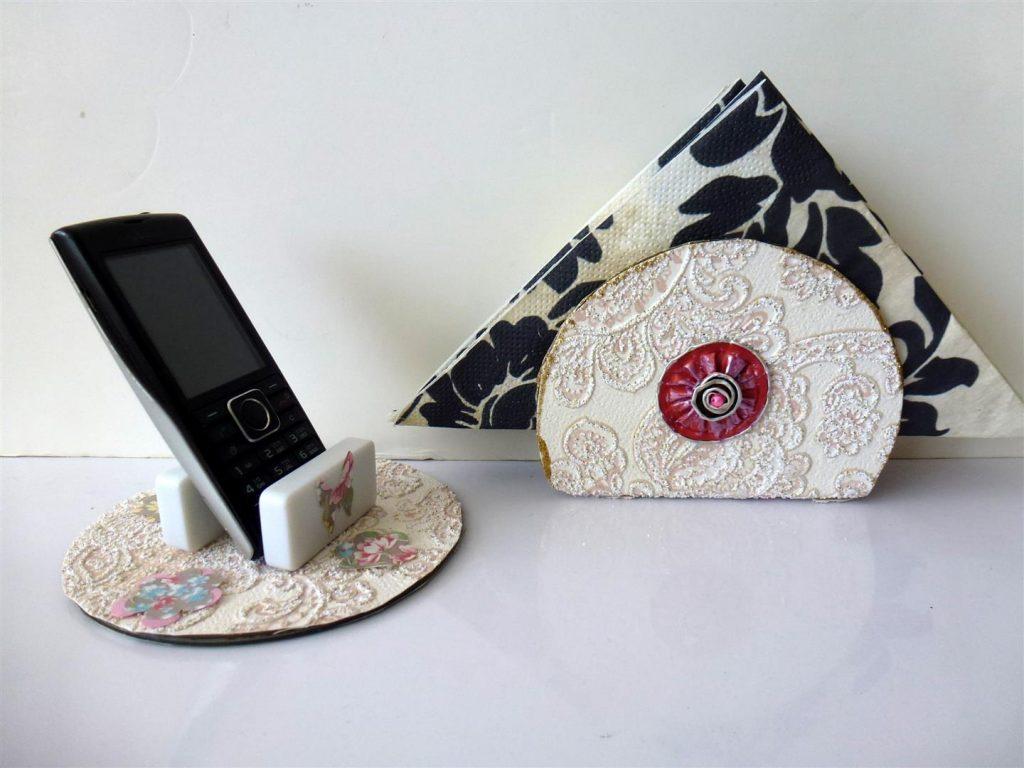 מעמד למפיות ולטלפון סלולרי מעוטר בקפסולות של קפה