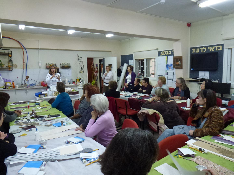 מתנדבי עמותת ידיד לחינוך בסדנת יצירה לפיתוח חשיבה יצירתית