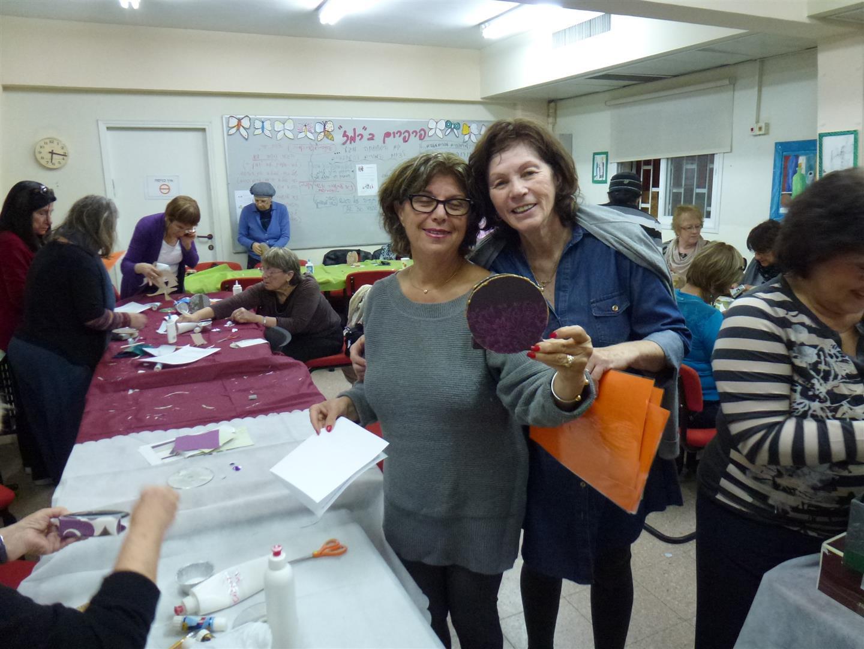 יפה ומתנדבת מעמותת ידיד לחינוך הנהנית מפרי יצירתה הירוקה