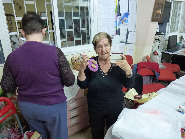 מתנדבת מעמותת ידיד לחינוך נהנית מפרי יצירתה הירוקה