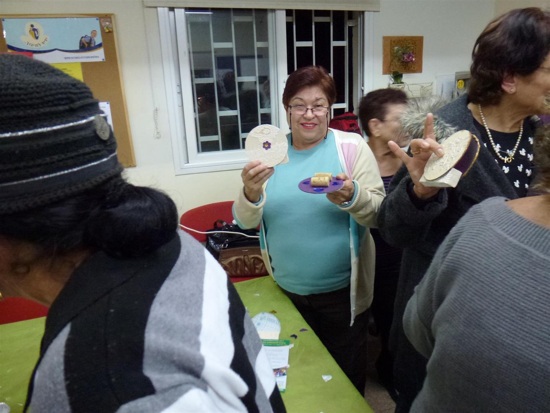 מתנדבת בעמותת ידיד לחינוך גאה בפרי יצירתה