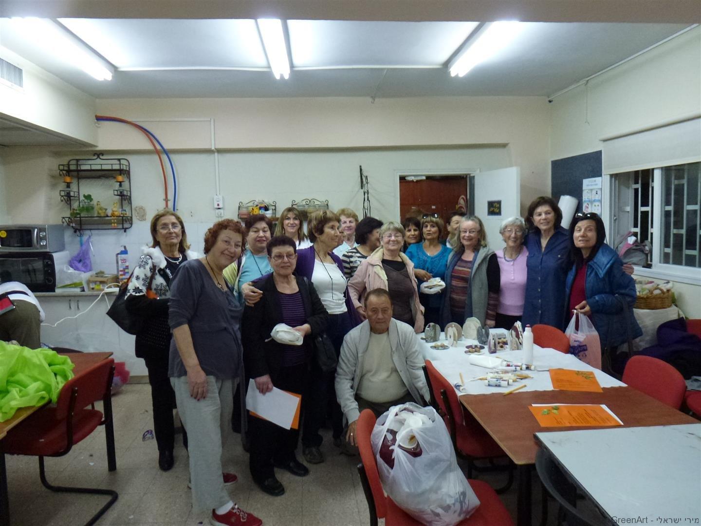קבוצת מתנדבי ידיד לחינוך בסדנת יצירה ירוקה וחווייתית