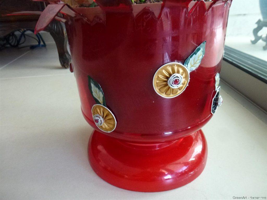 עיטור בקבוקי פלסטיק מקפסולות של קפה צבעוניות