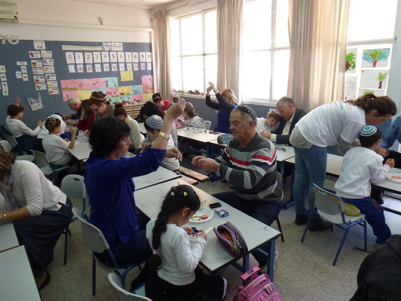 תלמידים מדקל יוצרים עם סבא וסבתא מוביילים זוהרים מחומרים בשימוש חוזר