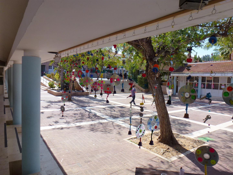 מבט מרחבת בית הספר כלפי המוביילים הזוהרים
