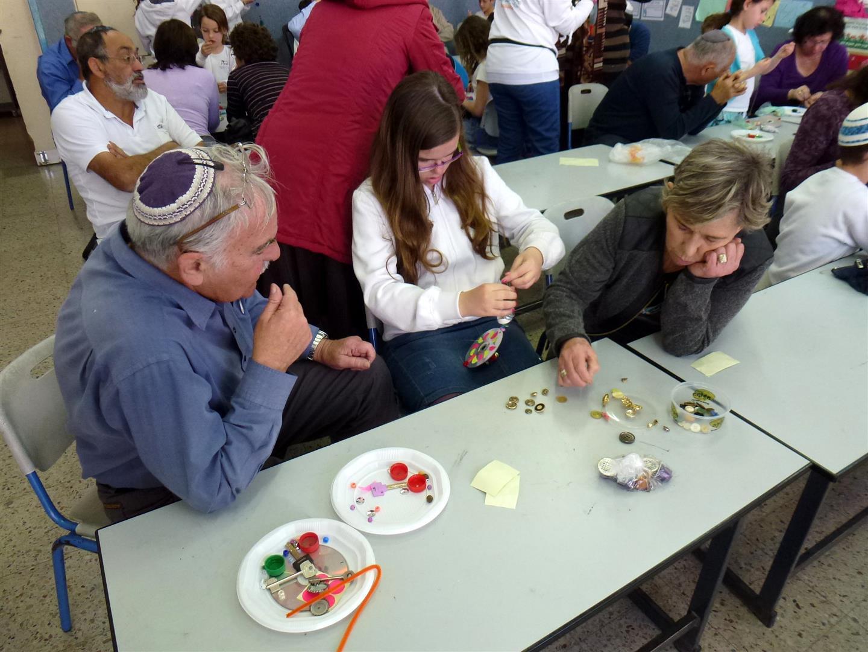 תלמידי דקל יוצרים עם סבא וסבתא מוביילים זוהרים