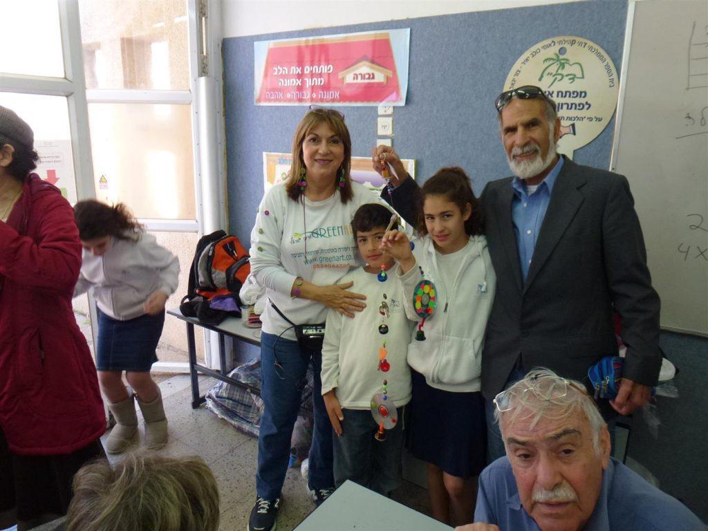 משפחה  גאה להציג את פרי יצירתם המשותפת לטיפוח חצר בית הספר