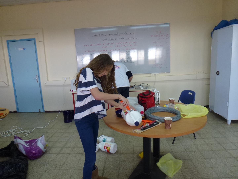 הדרכה לחברי צוות חוחית להכנת מתקני האכלה לציפורים מבקבוקי פלסטיק בשימוש חוזר