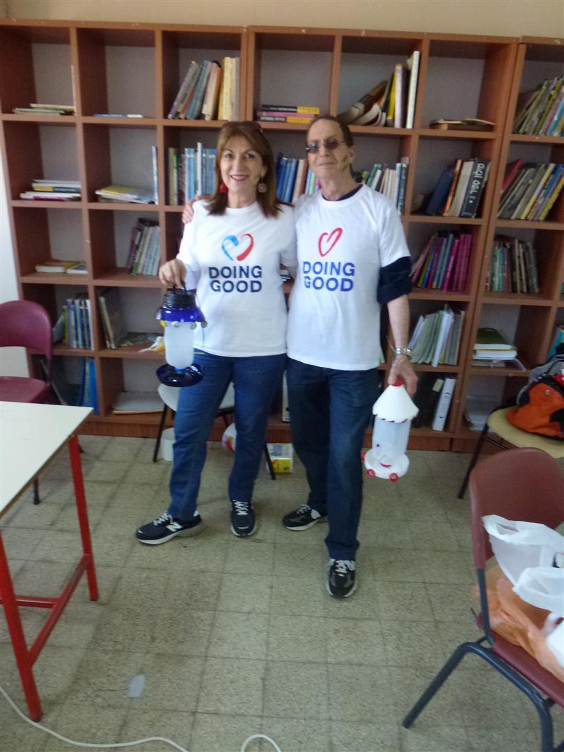 הזוג מירי ושרגא ישראלי המתנדבים מדי שנה לפעילות של יום המעשים הטובים
