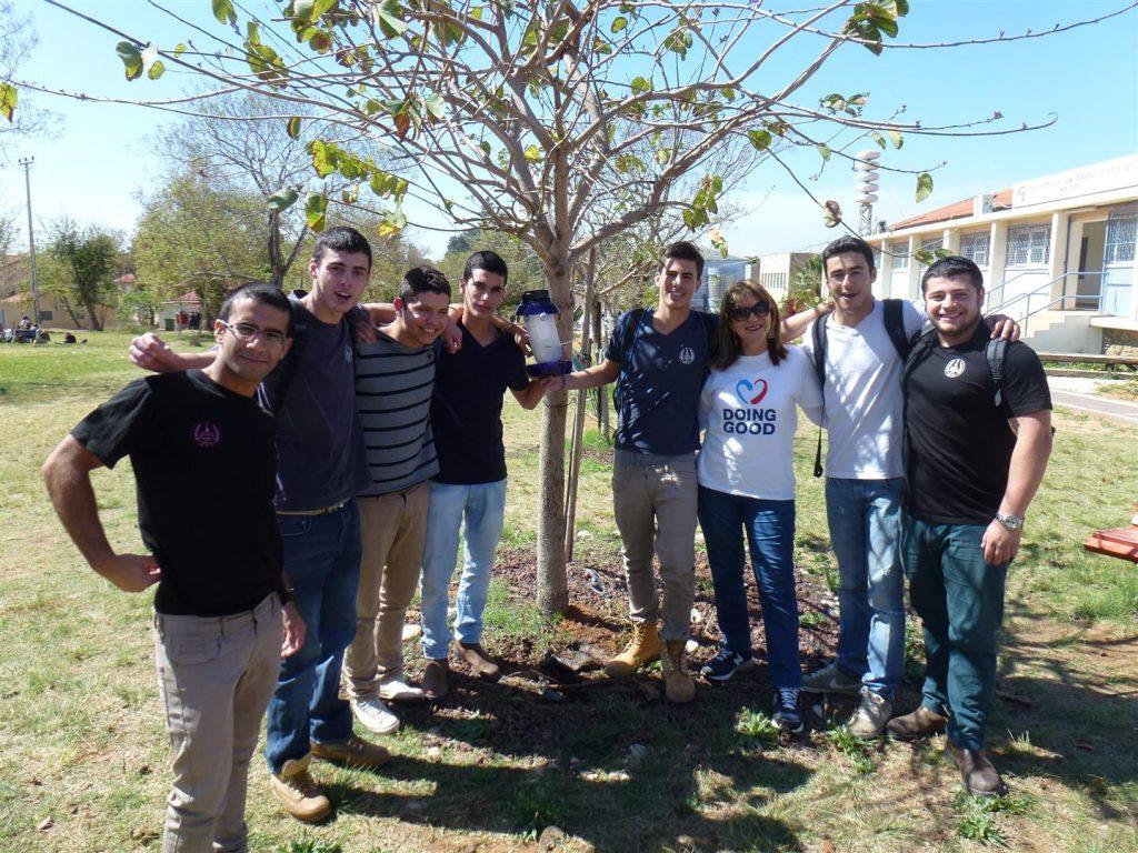 תלמידי ויצו הדסים נהנים מהתוספת שקבלו עצי הבוהיניה עם מתקני האכלה לציפורים