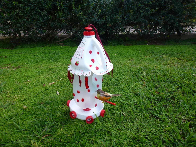מתקן האכלה לציפורים מבקבוקי פלסטיק בשימוש חוזר
