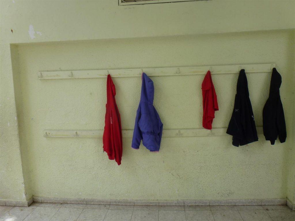 קיר המעבדה בבית ספר כצנלסון לפני תחילת הפיסול הסביבתי