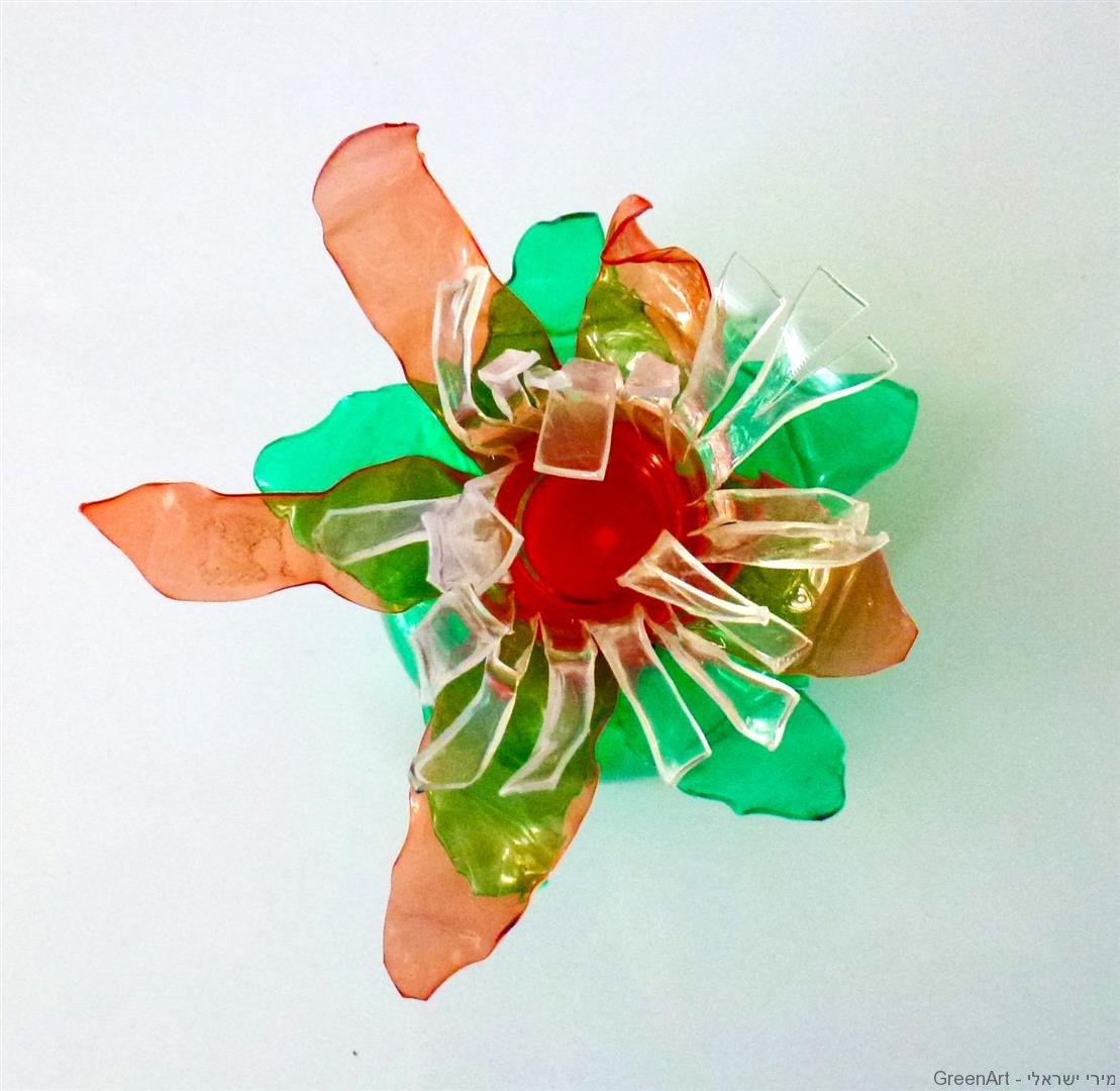 עיצוב שולחן פסח בסימן ירוק פרחים מבקבוקי פלסטיק