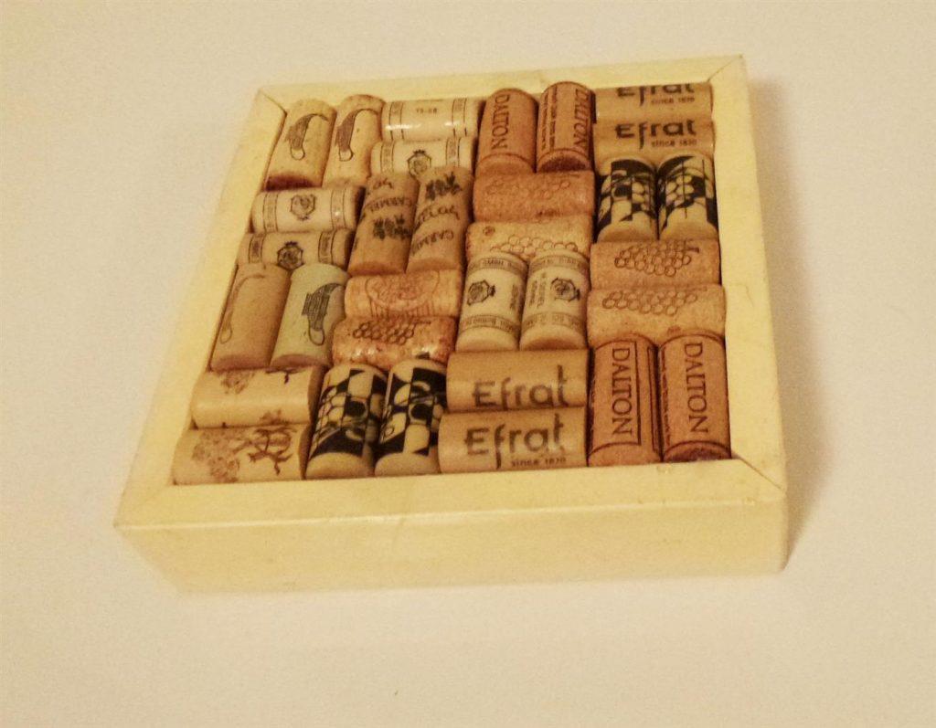 מעמד לסירים מאריזת מתנה ישנה ופקקי שעם- אמנות אקולוגית ECO ART