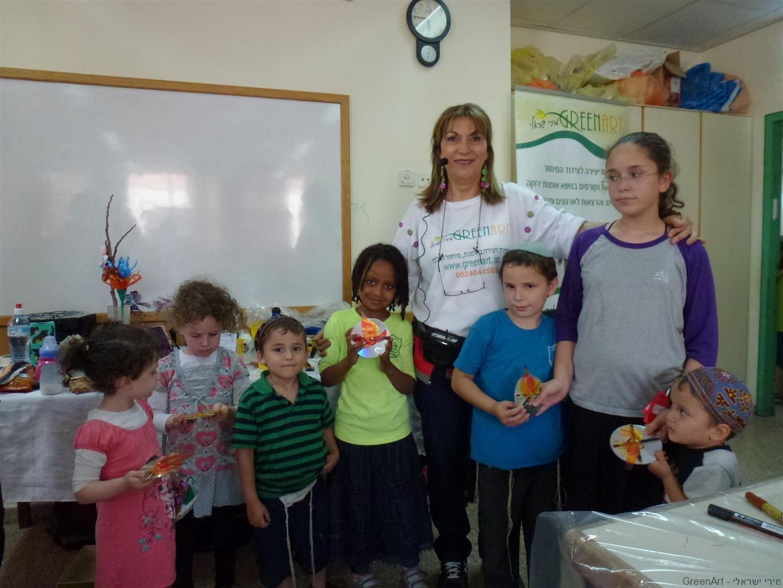 ילדי מתנס עמישב גאים במדורות שיצרו מחומרים בשימוש חוזר