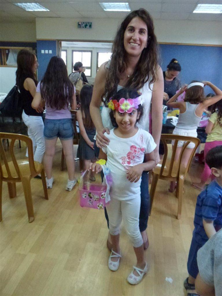 הנאת הילדים מפרי יצירתם המשותפת עם ההורים בסדנה הירוקה לחג השבועות