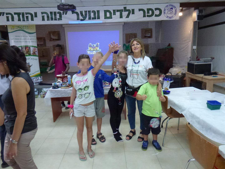 ילדי נווה יהודה עם המוביילים שיצרו לגינה האקולוגית