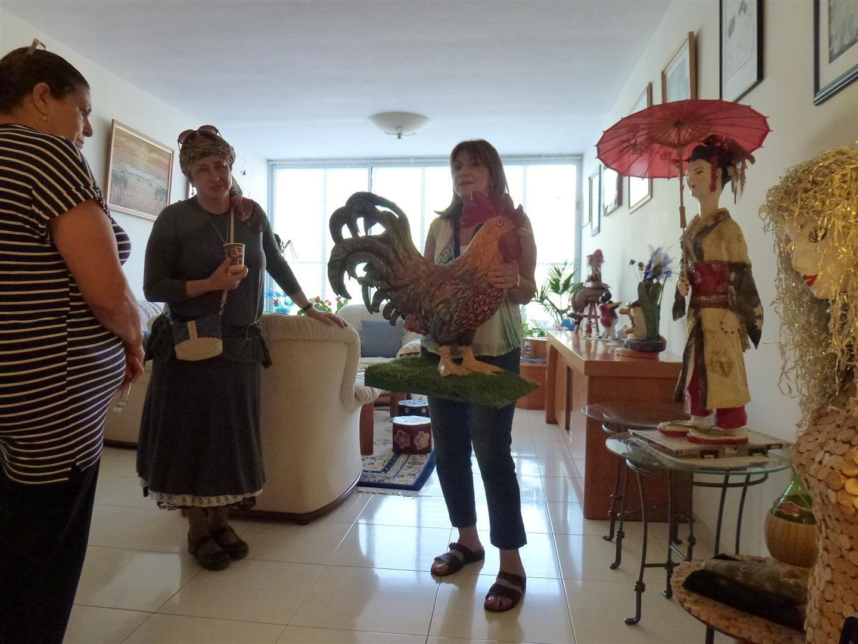 סיור בדירה על מגוון יצירות מאומנות אקולוגית