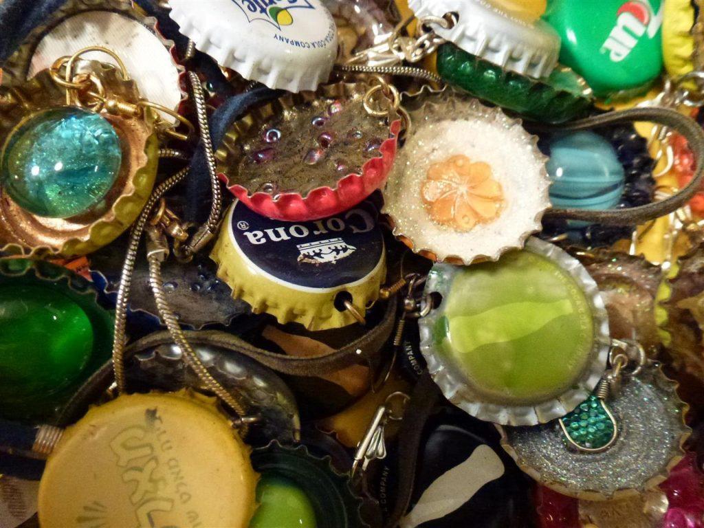 תכשיטים מעוצבים מפקקי מתכת בחומרים שונים