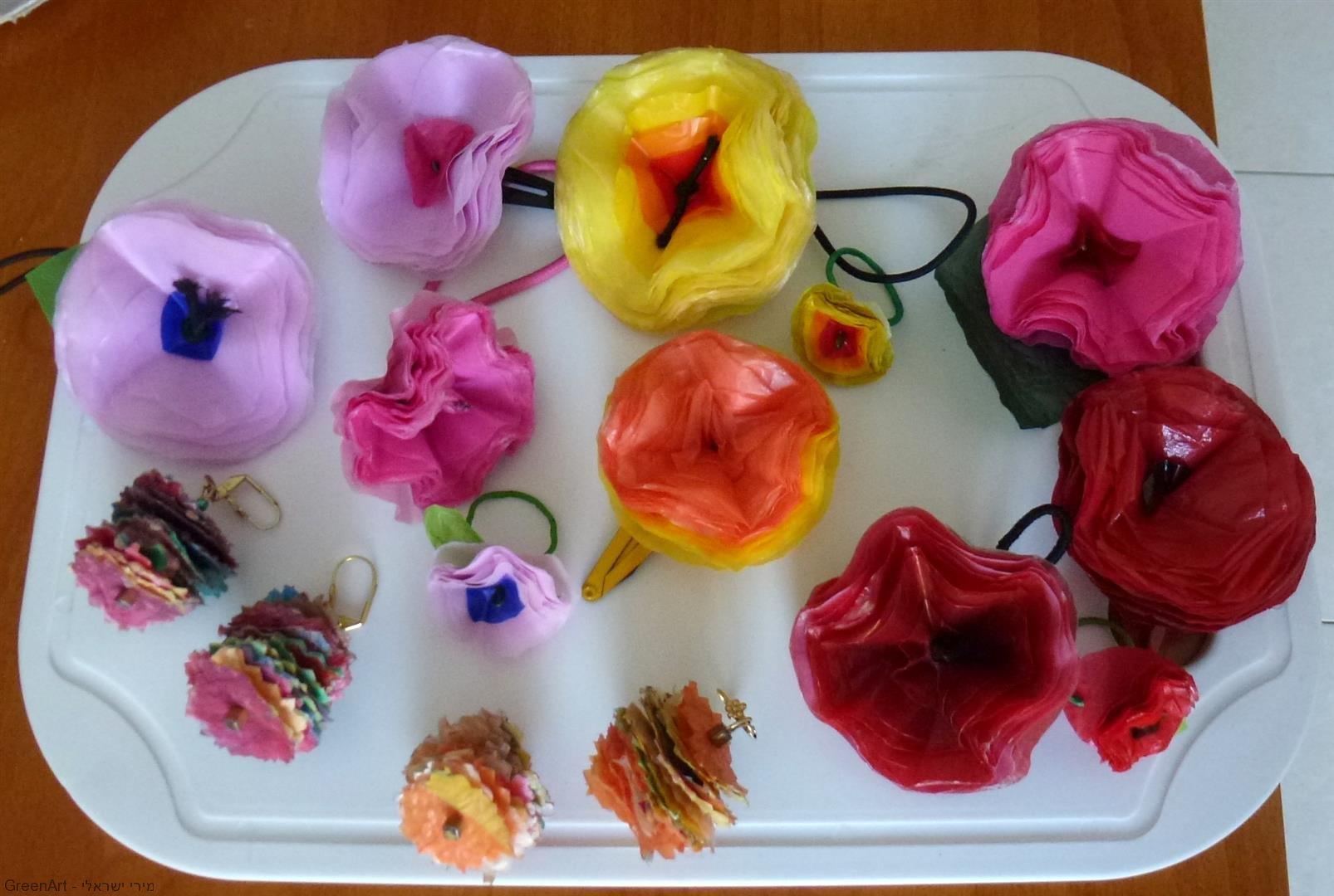 יצירה ירוקה לעיצוב פרחים צבעוניים משקיות פלסטיק בשימוש חוזר- אמנות אקולוגית