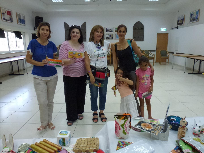 מתנדבות בנק לאומי המסייעות לילדי הפנימיה בעת הסדנה