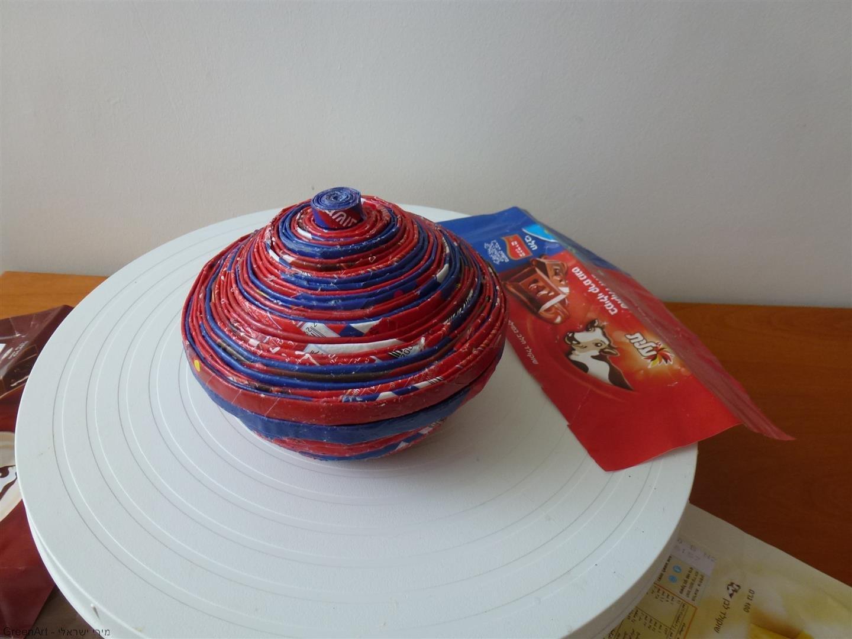כלי נוי מניירות שוקולד מגולגלים על שיפוד עץ