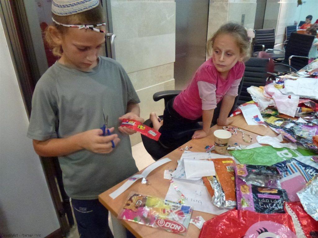 ילדי החברה עם התוצרים המרהיבים שיצרו
