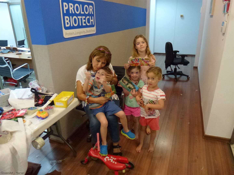 סבתא עם רון נכדי וילדי החברה עם היצירות המקסימות שיצרו