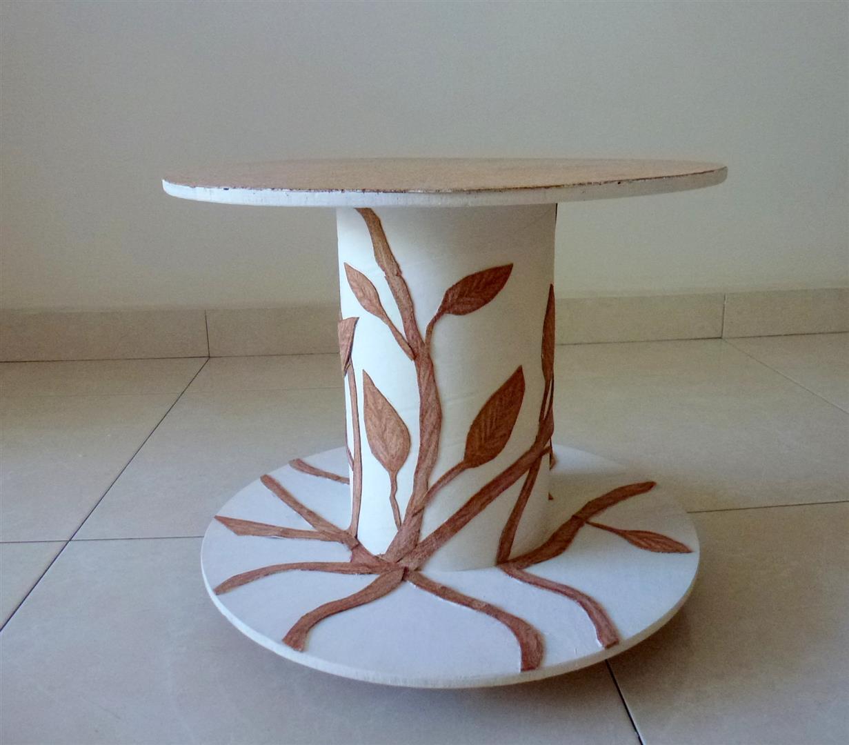 גליל עץ ישן של חוטי חשמל שהפך לשולחן נייד לשימוש חוזר