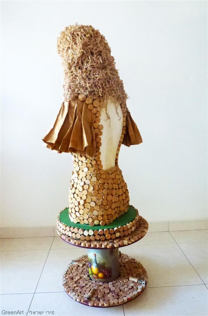 אשת השעם מעוצבת מפסולת קלקר, פקקי שעם ונייר בשימוש חוזר