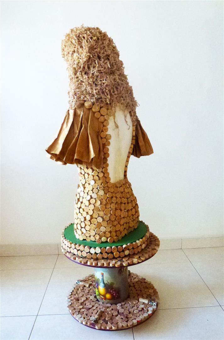 הבר מנית הירוקה מעוצבת מפסולת קלקר, פקקי שעם ונייר בשימוש חוזר