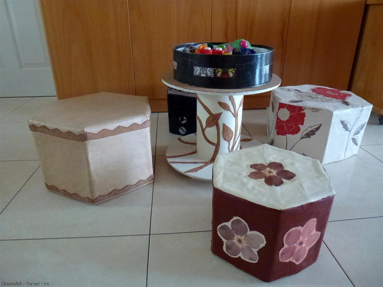 שרפרפים מקרטוני חלב  ושולחן עץ מפסולת בנין הפכו לפינת משחק לנכדיי