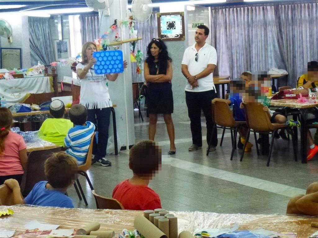 ילדי בית הילד בירושלים מקבלים הסבר על הכנת הקישוטים