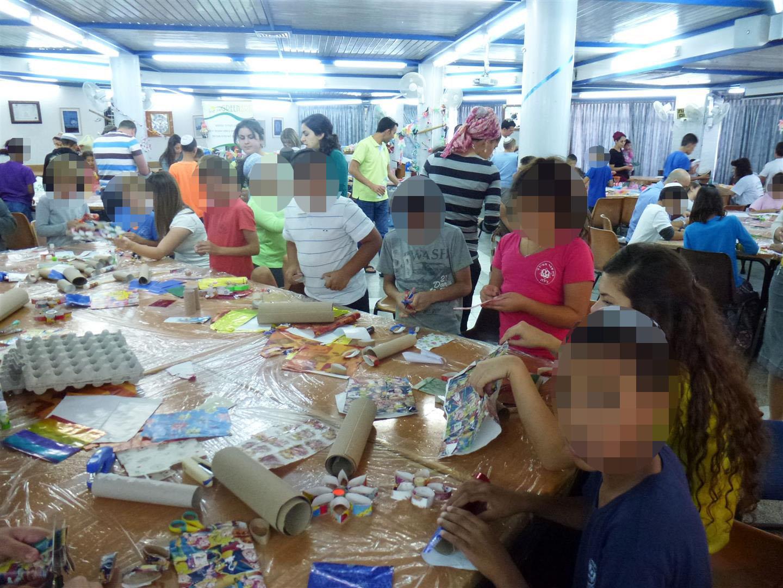 ילדי בית הילד יוצרים קישוטים לסוכה מחומרים ידידותיים לסביבה