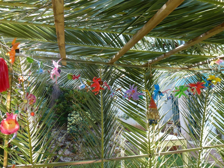 שרשרת פרחים צבעוניים ממוצרי פלסטיק שונים וקפסולות של קפה
