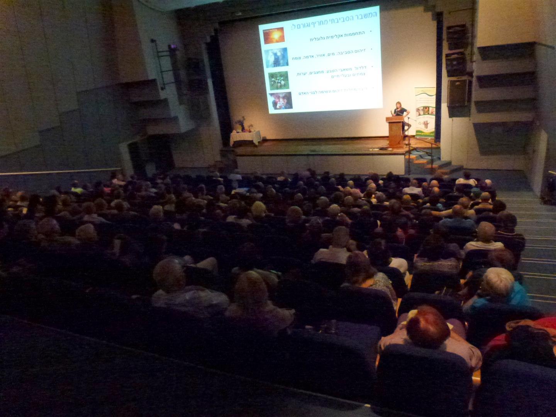 הרצאה מעשירה המציגה מסע עולמי מרתק לפרויקטים המטיבים עם האדם, הטבע והסביבה