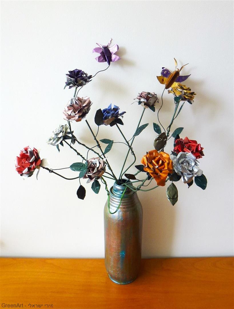 זר פרחים ופרפרים מפוסלים מקפסולות של קפה ובתי נרות שבת