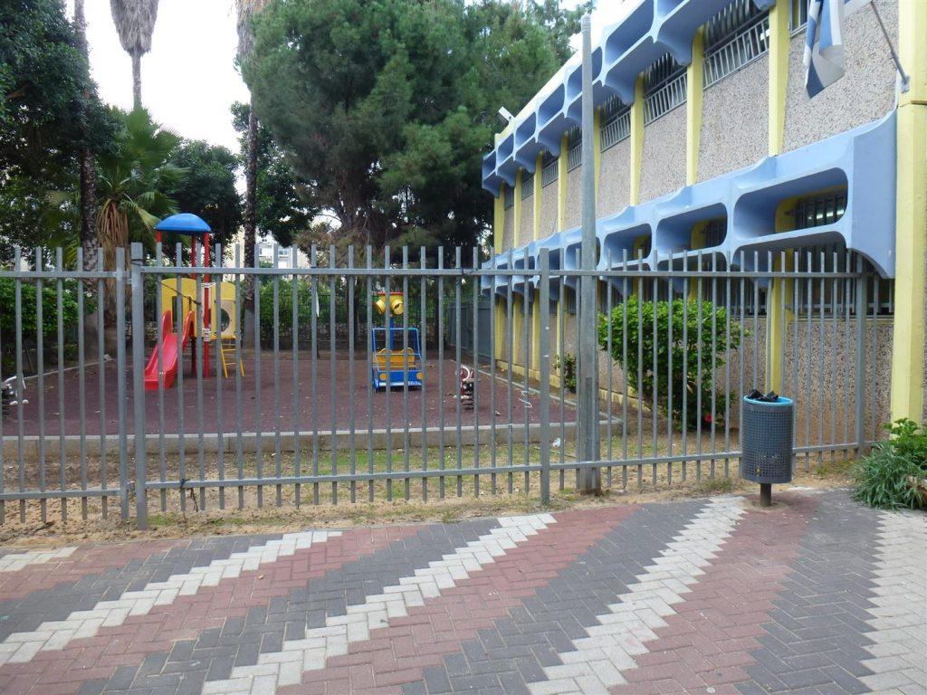גדר חצר שמאל לפני ביצוע פיסול סביבתי עם ילדי אמיר פתח תקוה