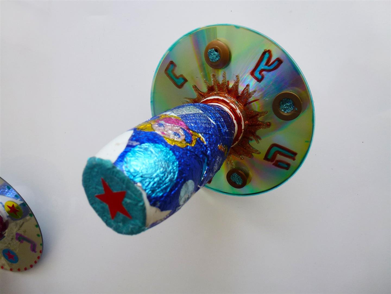 אריזות מזון כמו אקטימל, מטבעות שוקולד וקרמבו מעצבים סביבון זוהר לחנוכה