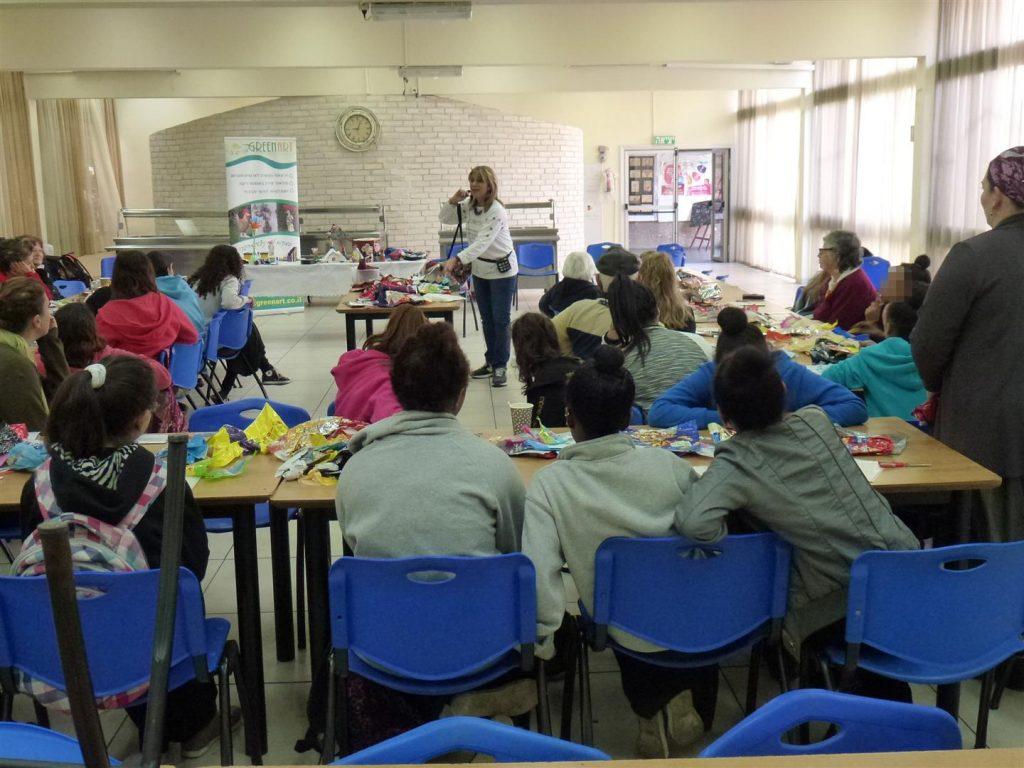 נערות נווה שרה יוצרות יחד עם קשישים ניצולי שואה מבני ברק בסדנת יצירה ירוקה