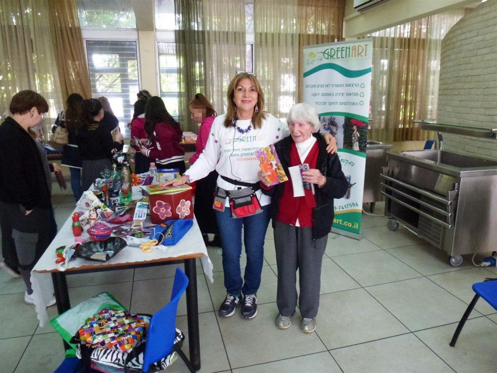 קשישה מקהילת ניצולי השואה של בני ברק גאה בפרי יצירותיה