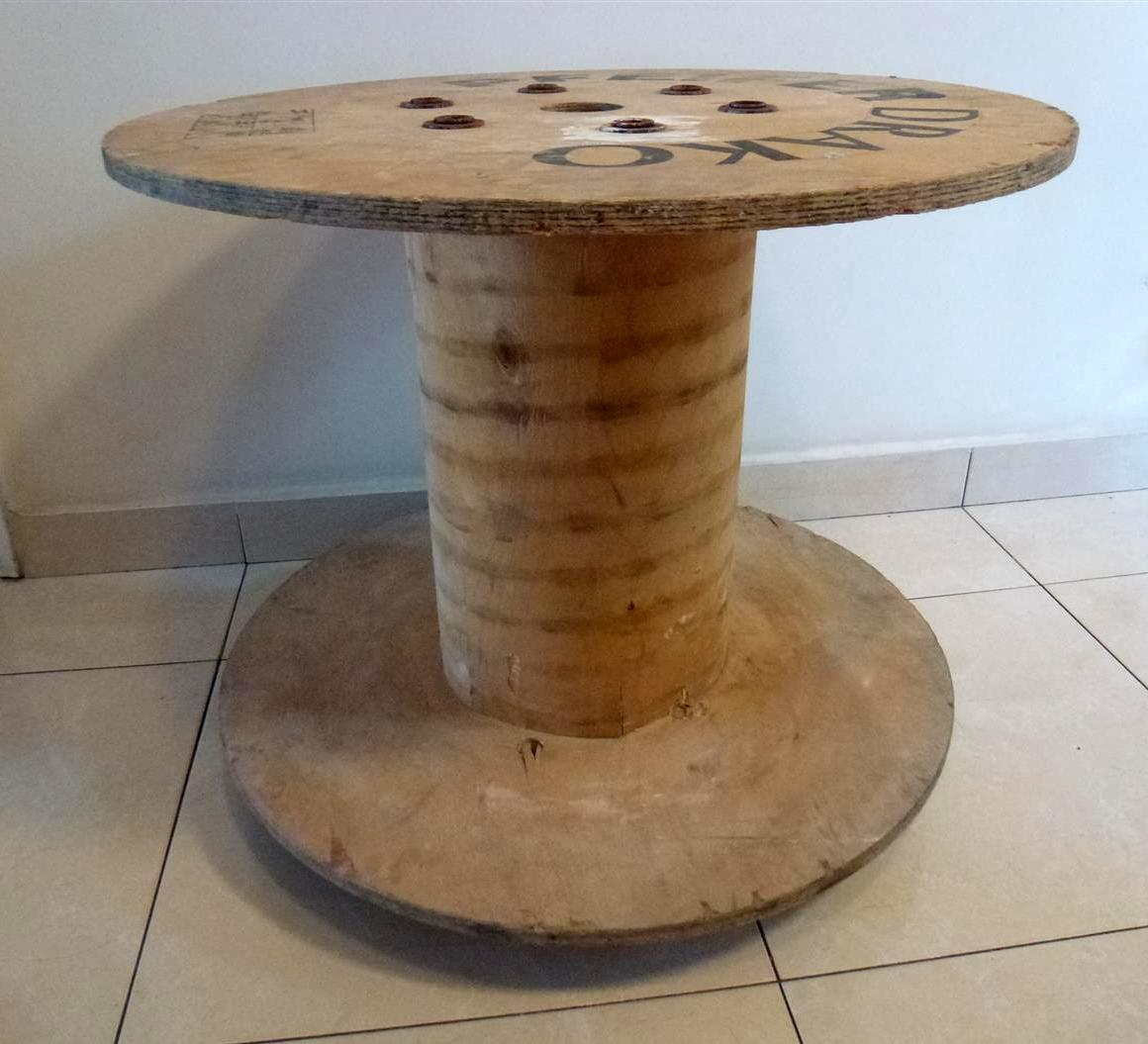 גליל עץ ישן של חוטי חשמל שיתחדש לשולחן מעוצב