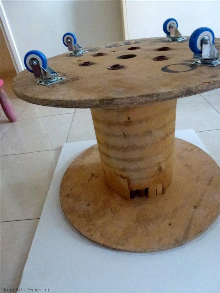 הרכבת גלגלים לגלגל העץ לצורך ניידות השולחן