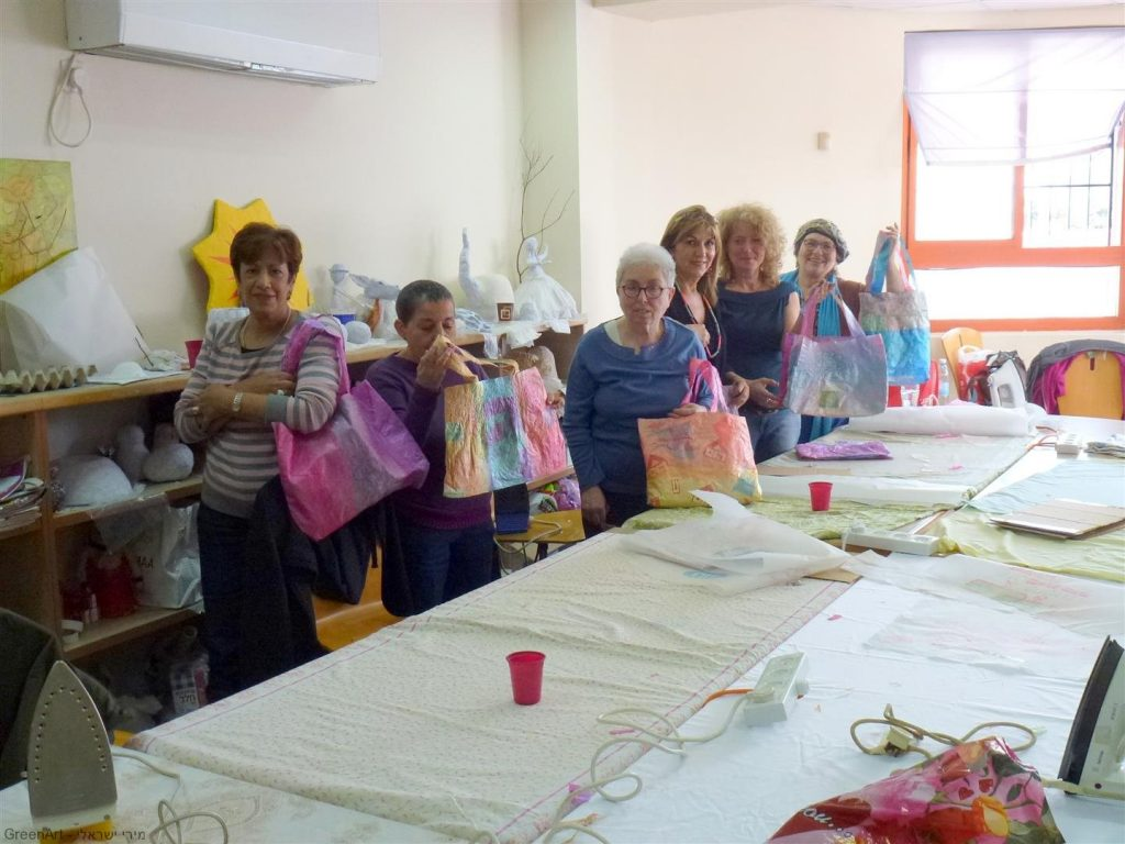 תלמידות נהנות מפרי יצירתן האומנותית משקיות ניילון בשימוש חוזר