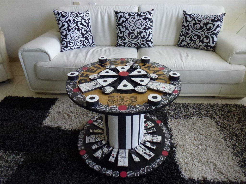 השולחן בסלון בצבעי שחור לבן לפני הרכבת הזכוכית