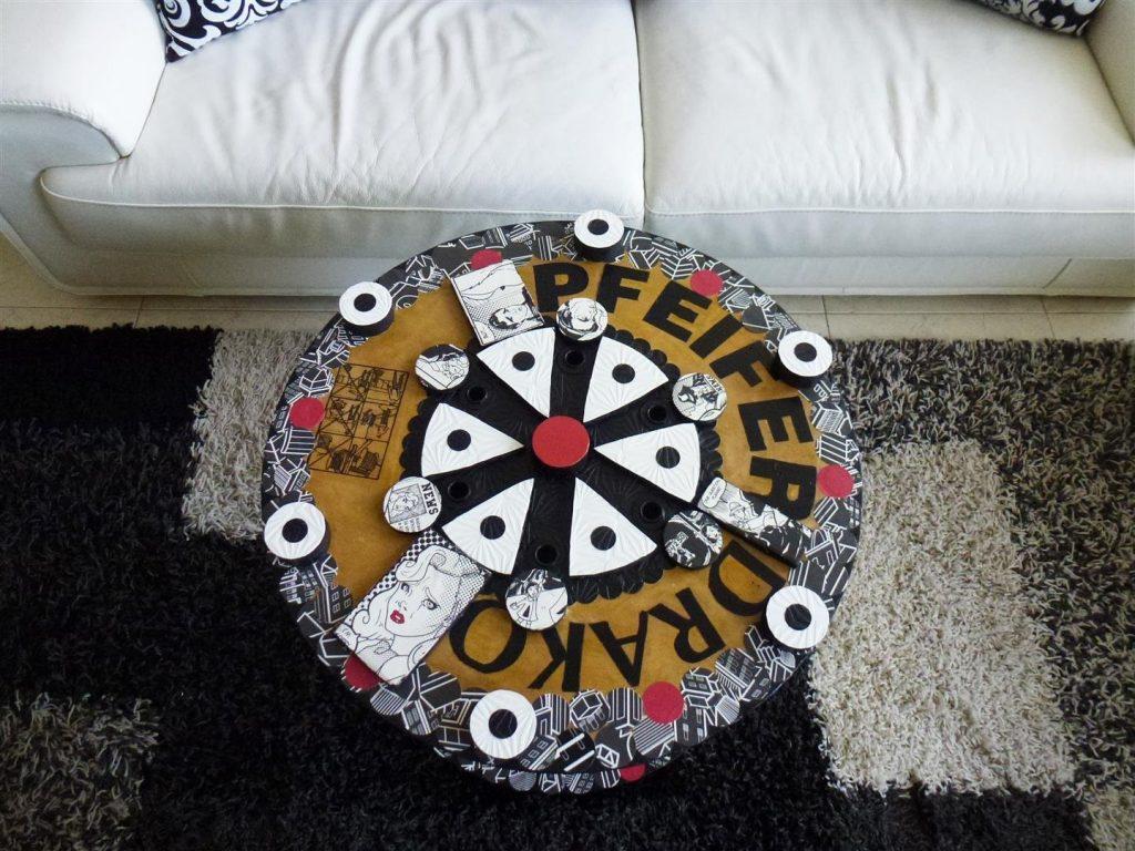 אמנות אקולוגית מחידוש גלגל עץ ישן ושאריות  חלקי עץ ונייר אקולוגי בסגנון פופ ארט