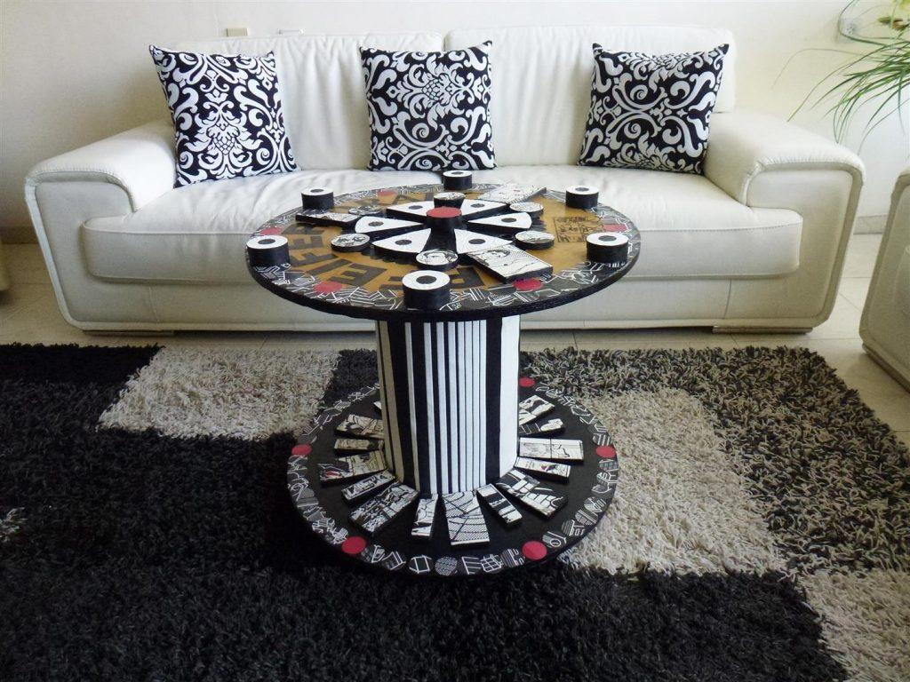 גלגל עץ מכבלים שהפך לשולחן מודרני בסגנון פופ ארט